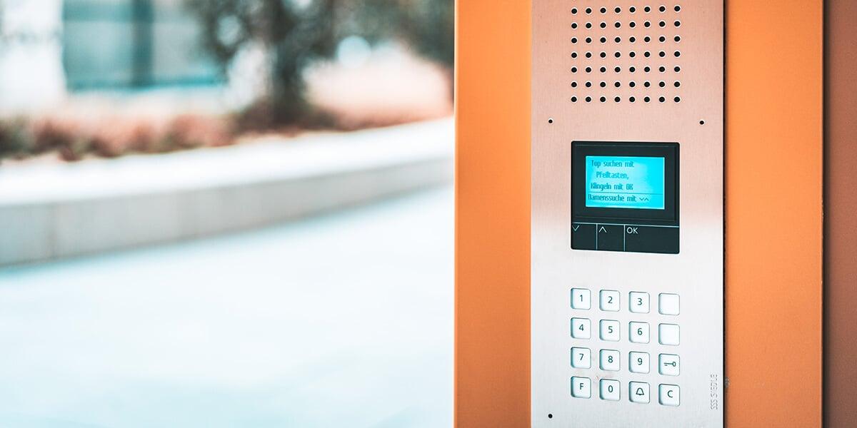 Digitale Türklingel an der Haustür eines privaten Wohnhauses