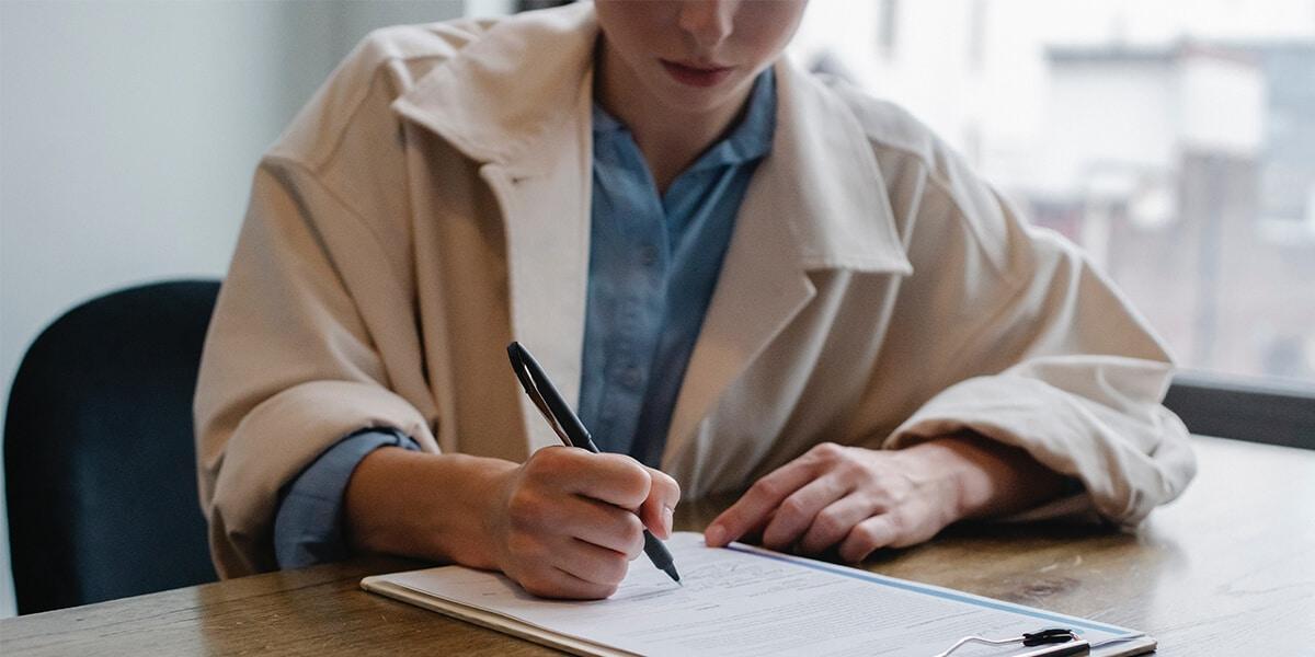 Mitarbeiter der Hausverwaltung unterschreibt Vertrag